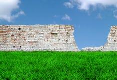 brickwall ουρανός χλόης Στοκ εικόνες με δικαίωμα ελεύθερης χρήσης