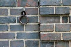 Brickwall avec l'anneau en métal Photos stock
