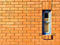 Brickwall avec une petite fenêtre Images stock