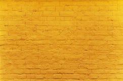 Brickwall malte mit gelber Farbe Stockbilder
