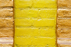 Brickwall a teint la couleur jaune Images stock