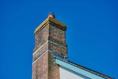Brickwallschoorsteen op het dak in Noord-Cornwall royalty-vrije stock afbeelding