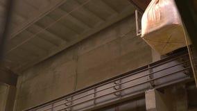 brickyard Vista della gru della sospensione con la borsa archivi video