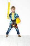 Bricoleur de garçon avec la courroie de casque antichoc, de niveau et d'outil Photos libres de droits