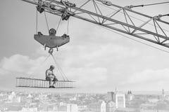 Bricoleur de vintage prenant le déjeuner sur une barre transversale accrochant au-dessus de ci photographie stock