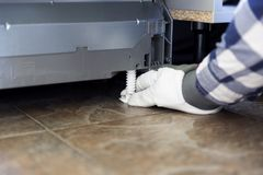 Bricoleur installant et ajustant le lave-vaisselle Concept de rénovation et d'installation de cuisine photos libres de droits