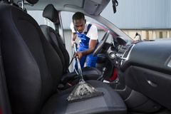 Bricoleur Vacuuming Car Front Seat photographie stock