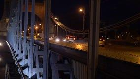 Bridżowy miasto chodzi ludzi i bicykle przy nocą z samochodami zbiory