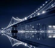 bridżowego miasta Manhattan nowa noc York fotografia stock