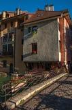 Bridżowi i starzy budynki stawia czoło kanał przy zmierzchem w Annecy fotografia stock