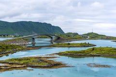 Bridżowy Fredvangbruene w Lofotene archipelagu złączonej głównej turystycznej drodze E10 z Torvoya wyspą i dalszy Fredvang zdjęcie royalty free