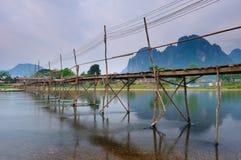 bridżowy Laos nad rzecznym pieśniowym vang vieng drewnem Zdjęcia Stock