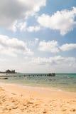 Bridżowy molo na piaskowatej plaży Obrazy Royalty Free