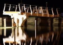 Bridżowy odbijać w wodzie w Mirangi Bayat przy nocą Fotografia Stock