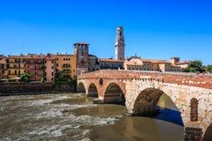 Bridżowy Ponte Pietra w Verona, widok na doliny stronie, kamienia most nad rzecznym Adige, Veneto, Włochy fotografia royalty free