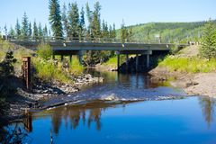 Bridżowy rozciągający się rzekę przy daleką lokacją w Alaska zdjęcie stock