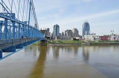 bridżowych Cincinnati budynków John Ohio w centrum roebling zawieszenie Roebling zawieszenie most w Cincinnati, Ohio Zdjęcia Stock