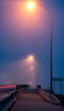 Bridżowe latarnie uliczne w mgle Zdjęcia Royalty Free