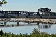 Bridżowi widoku przodu Ohio spadki odbijali w wodzie Obraz Stock