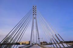 Bridżowy poparcie przez rzeki przeciw niebieskiemu niebu Obraz Royalty Free
