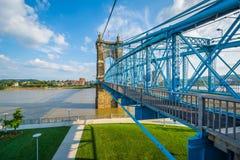 brid?owych Cincinnati budynk?w John Ohio w centrum roebling zawieszenie Roebling zawieszenia most, widzie? od Smale nadbrze?e rze zdjęcia royalty free