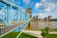 brid?owych Cincinnati budynk?w John Ohio w centrum roebling zawieszenie Roebling zawieszenia most, widzie? od Smale nadbrze?e rze fotografia royalty free