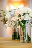 Bridal ślubny bukiet w szklanym słoju przed ślubną ceremonią, bielem i menchiami, kwitnie obraz stock