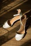 Bridal белые ботинки на деревянной предпосылке Стоковые Изображения