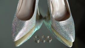 Bridal ботинки моды и обручальные кольца сток-видео