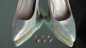 Bridal ботинки моды и обручальные кольца акции видеоматериалы