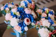 3 Bridal букета с сметанообразными розами и пионами и голубыми гортензиями Утро свадьбы Конец-вверх Стоковые Изображения