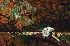 Bridal букет белых роз с лентой золота на коричневом стенде Стоковые Изображения