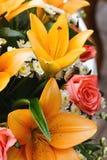 Bridal букет лилий и роз на свадебном банкете Стоковые Изображения