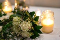 Bridal букет и свечи закрывают вверх Стоковое Изображение RF