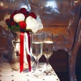 Bridal букет и 2 стекла шампанского Стоковые Изображения RF