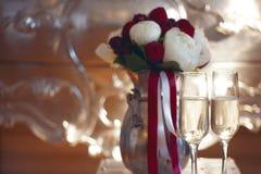 Bridal букет и 2 стекла шампанского Стоковое Фото