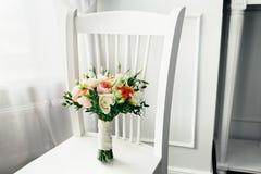 Bridal букет на белом деревянном стуле Стоковые Изображения RF