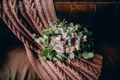 Bridal букет на связанной шотландке Стоковая Фотография RF