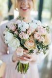 Bridal букет от розовых роз и белых tupils в молодых руках невесты, фокусе цветков Свежесть весны тюльпанов и роз в o Стоковые Фото