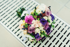 Bridal букет различных цветков обернул ленту шнурка на белой решетке Стоковое Изображение RF