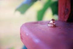 Bridal кольца на деревянной поверхности Стоковая Фотография RF