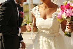 Bridal пары держа стекла шампанского Стоковые Фотографии RF