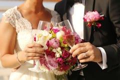 Bridal пары держа стекла шампанского Стоковая Фотография RF