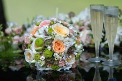 Bridal стекла букета и шампанского на bonnet автомобиля свадьбы Стоковые Фотографии RF