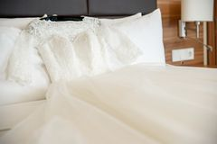 Bridal шикарное платье на кровати Стоковые Изображения RF