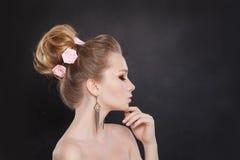 Красивая женщина с Bridal стилем причёсок Стоковая Фотография RF