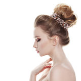 Женщина при Bridal стиль причёсок изолированный на белизне Стоковое фото RF