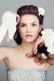 Фотомодель с Bridal стилем причёсок Красивые волосы и цветки Стоковое фото RF