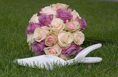 Bridal bouquet and bridal shoe in grass Royalty Free Stock Photography