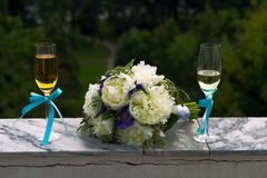 Bridal bouquet and two glasses of champagne Royalty Free Stock Images